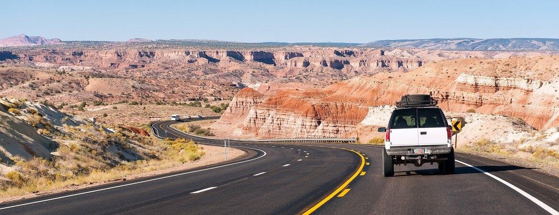 Van fährt bei gutem Wetter durch Arizona in den USA
