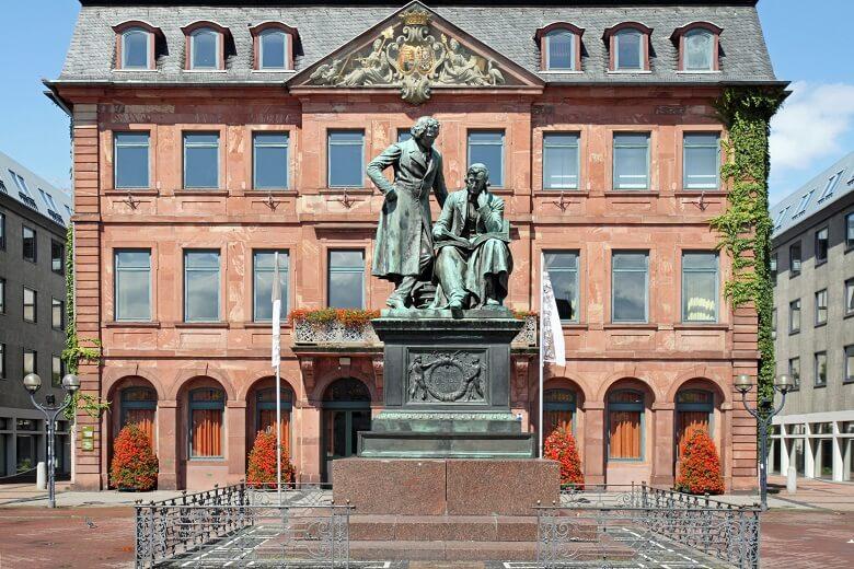 Gebrüder Grimm und Stadthalle in Hanau auf der Deutschen Märchenstraße