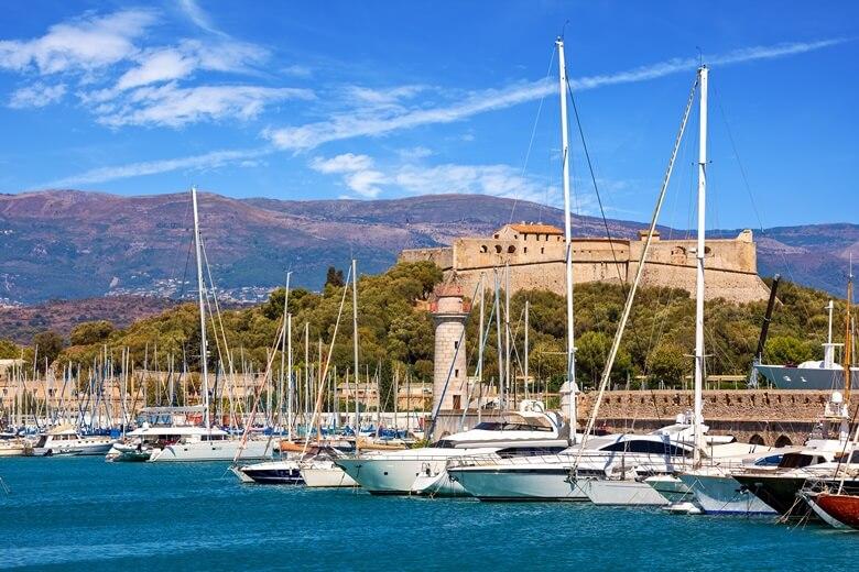 Blick über den Hafen und die Stadmautern von Antibes in Frankreich