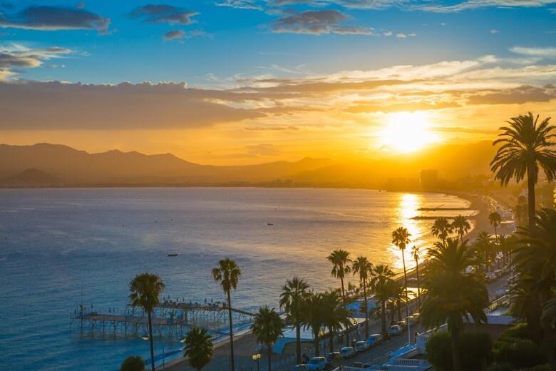 Die Promenade in Cannes bei Sonnenuntergang