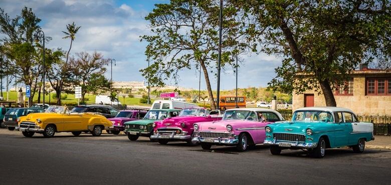 Bunte Oldtimer auf Kuba in Havanna