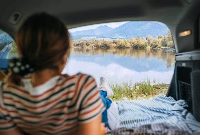Schlafen im Auto mit Seeblick
