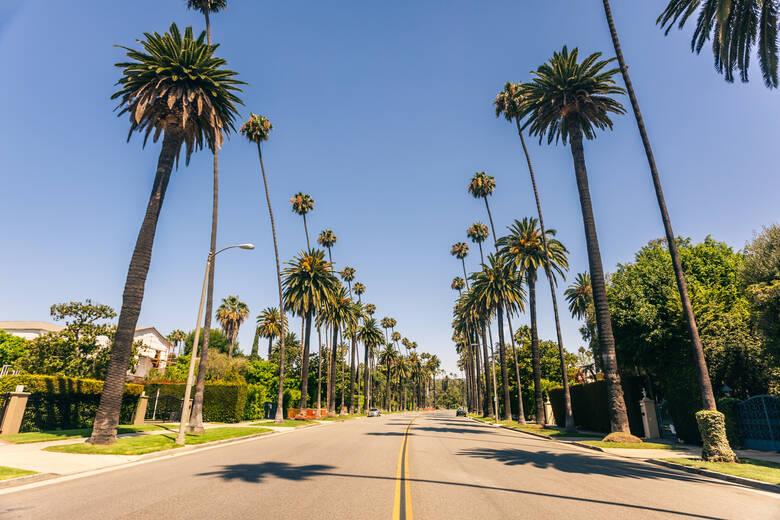 Straße durch Beverly Hills in Los Angeles