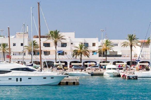 Schiffe im Hafen von Formentera