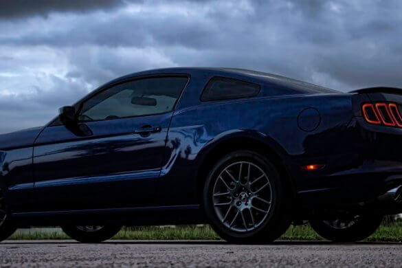 Ford Mustang auf verregneter Straße