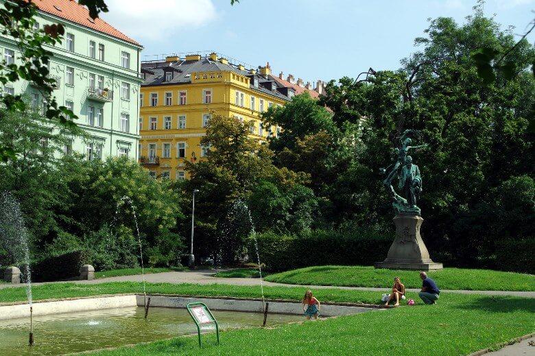 Kinder im Park im Prager Viertel Vinohrady