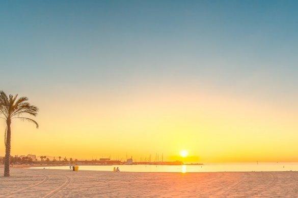 Sonnenaufgang am Strand von Barcelona