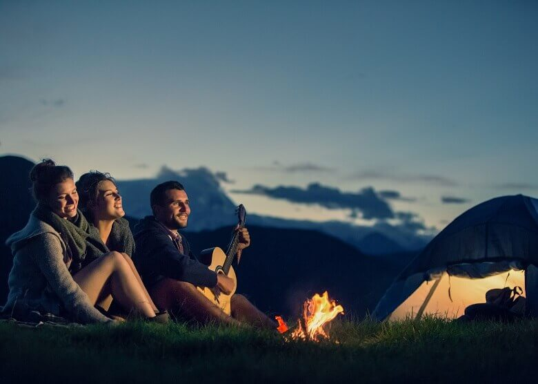 Freunde campen gemeinsam