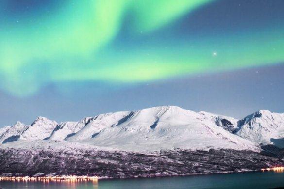 Polarlichter über Fjord