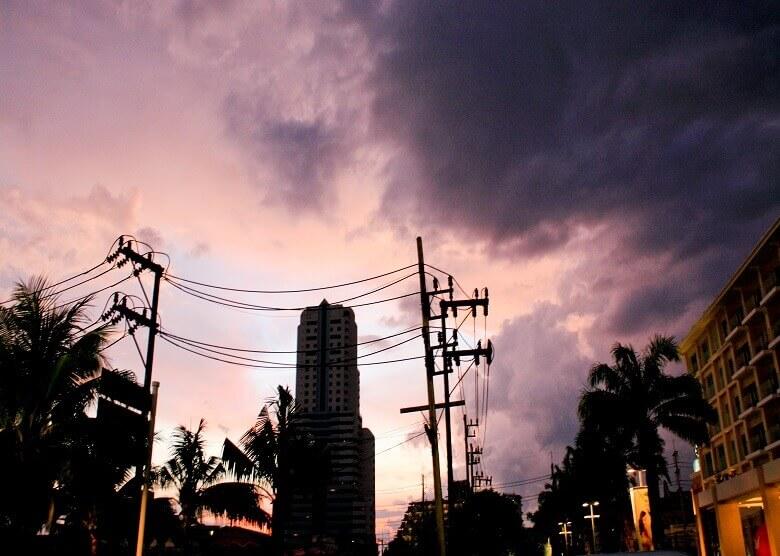 Stadt auf Phuket nach einem Regenschauer