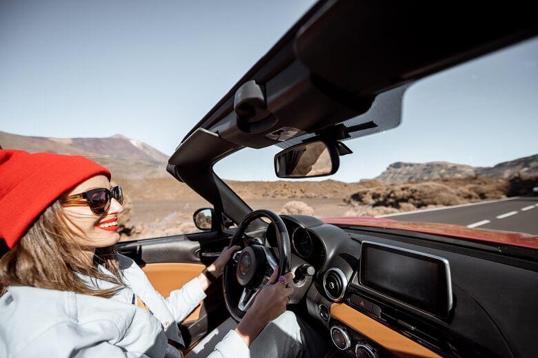 Frau fährt durch Wüstenlandschaft