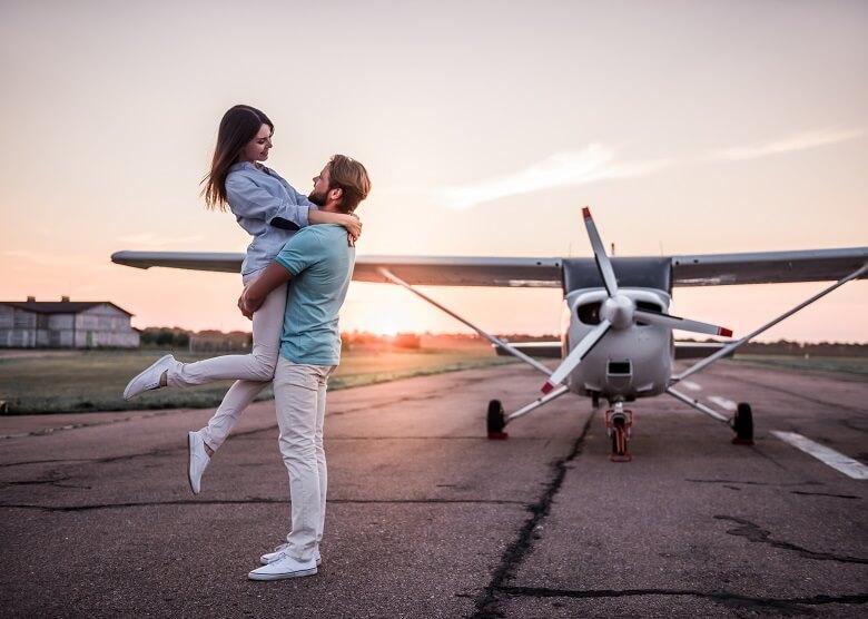 Paar vor Flugzeug