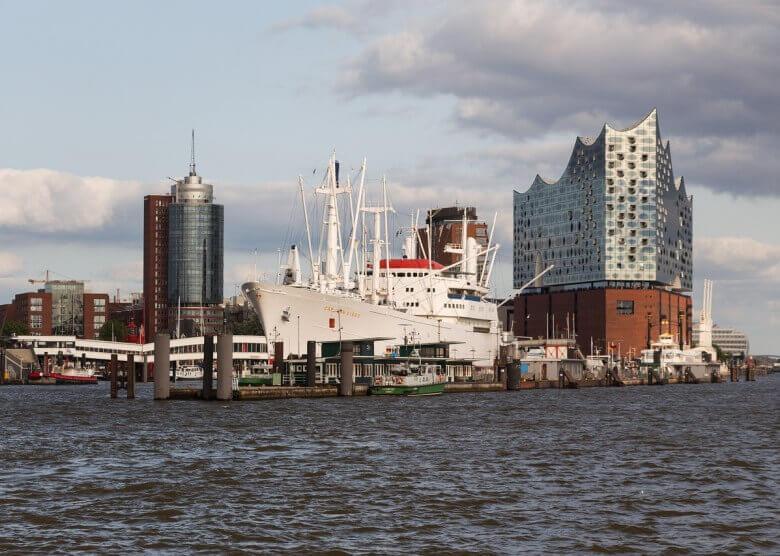 Der Hamburger Hafen mit der Elbphilharmonie