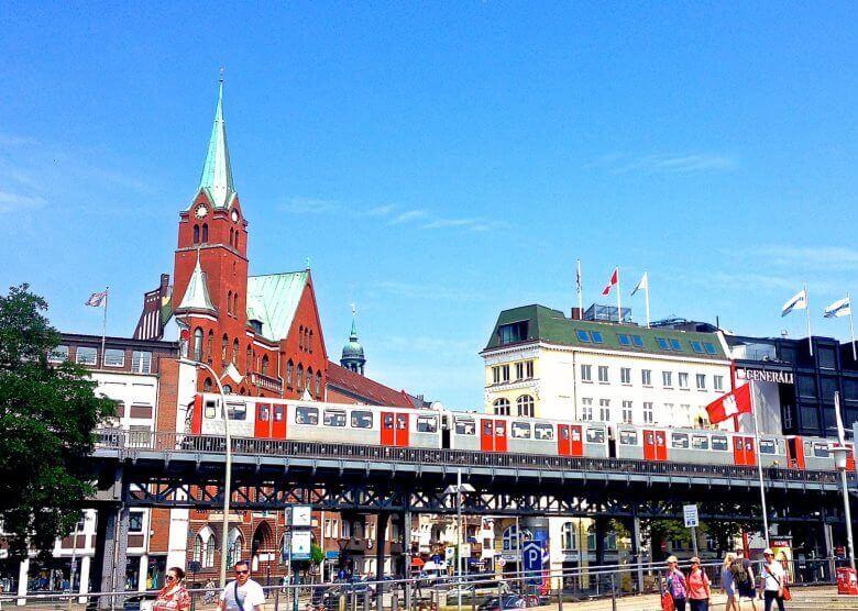 Die Hochbahn an den Landungsbrücken in Hamburg.