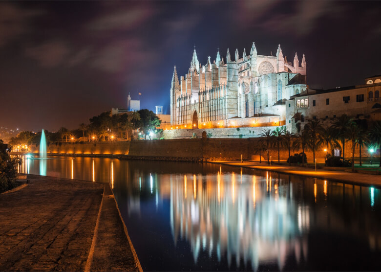Catedral de Mallorca von außen bei Nacht