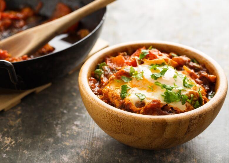 Schakschuka: Würziger Tomatentopf mit Ei