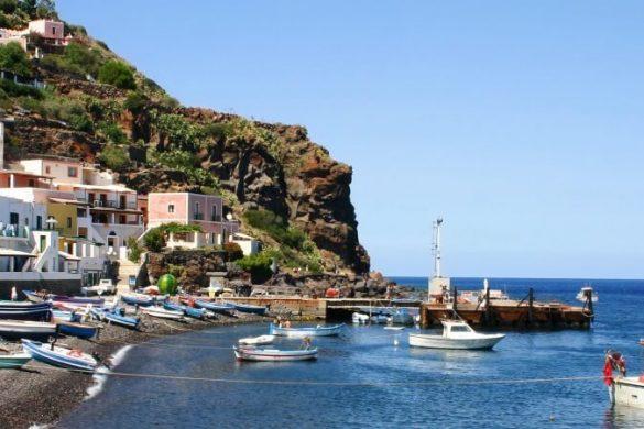 Die äolische Insel Alicudi auf Sizilien