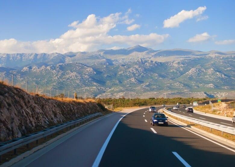 Zweispurige Straße in Kroatien mit Aussicht auf Berge