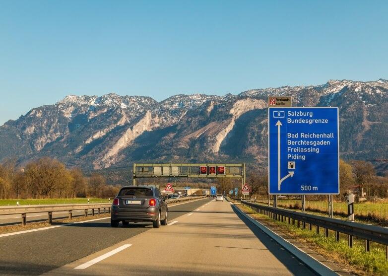 Autobahn A8 Richtung Kroatien mit Blick auf Berge