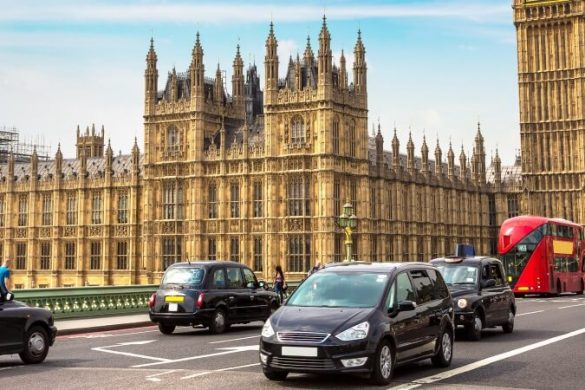 Fahrzeuge vor Palace of Westminster in London und Big Ben