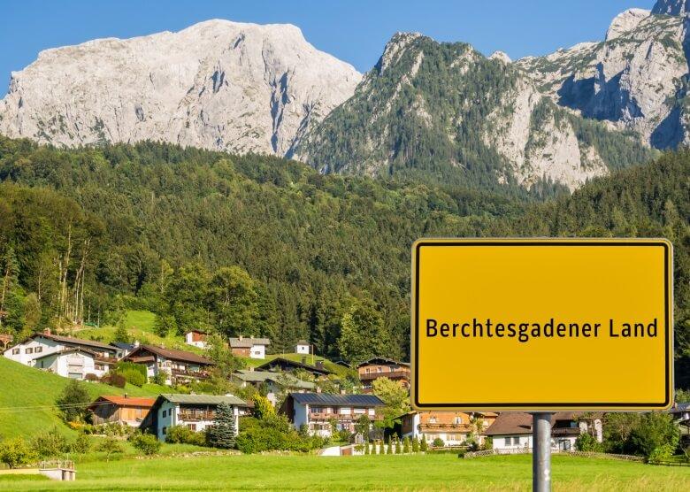 Ortsschild Berchtesgadener Land mit Bergen und Häusern