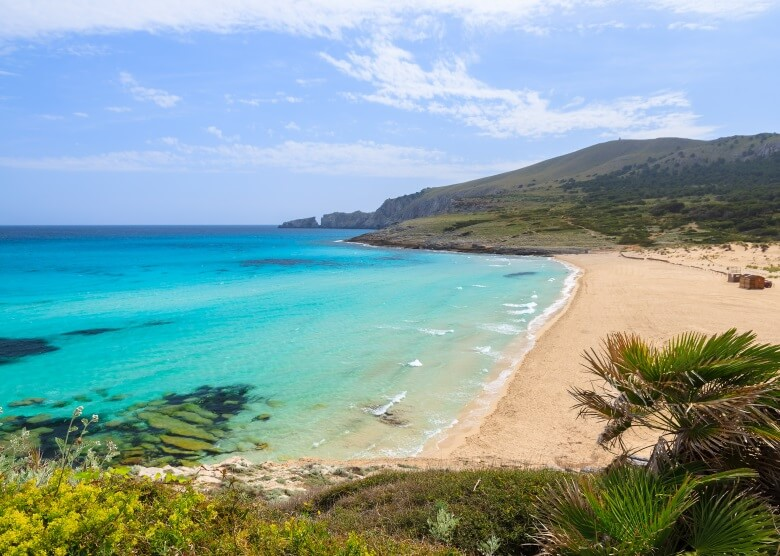 Blick über Strand Cala Mesquida auf Mallorca