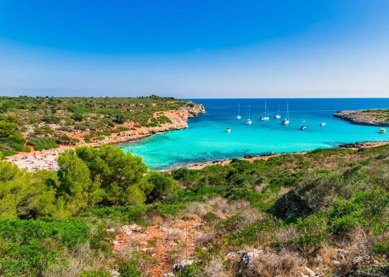 Blick von Küste aus über Cala Vaques auf Mallorca