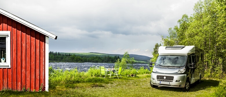 Camper mit Schwedenhaus in Skandinavien