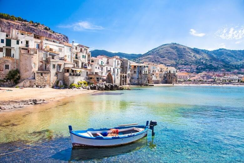 Fischerboot vor der Küstenstadt Cefalu auf Sizilien