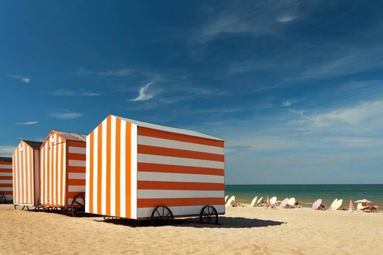 Strand von De Panne mit Kabine in Belgien
