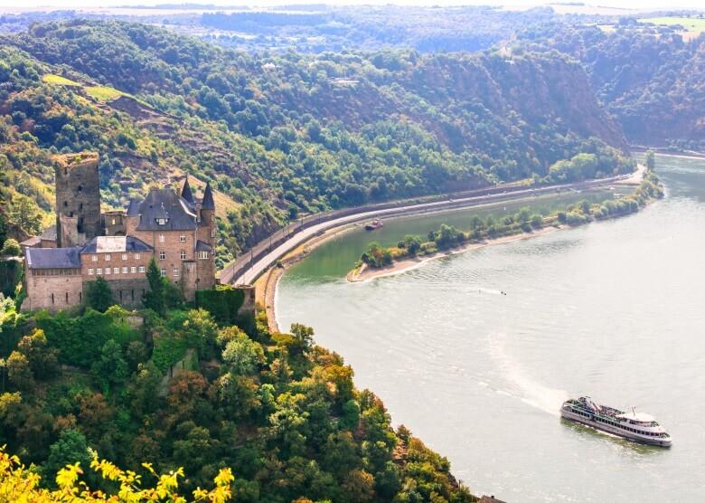 Blick über den Rhein mit Burg Katz und Loreley