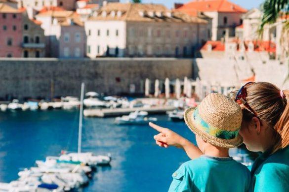 Eine Mutter und ihr Sohn in Dubrovnik, Kroatien