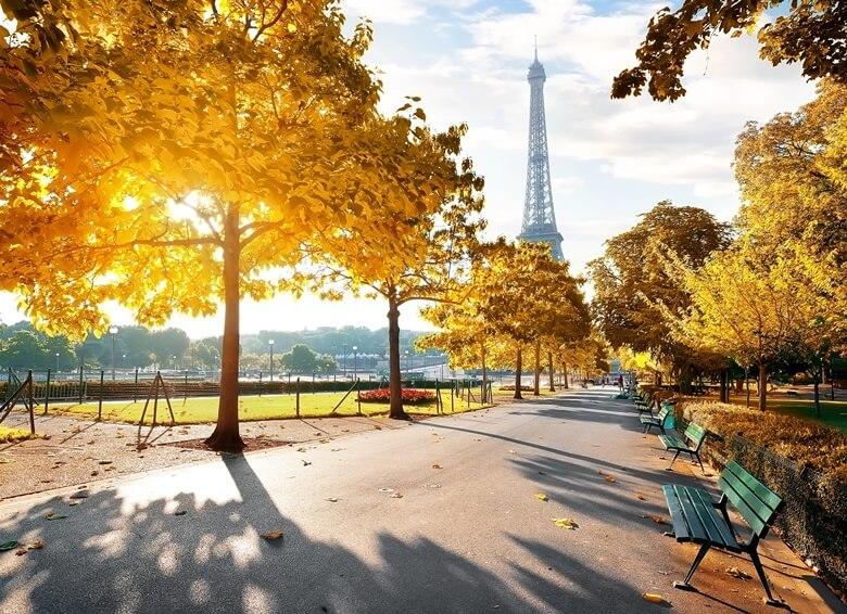 Blick auf den Eifelturm in Paris im Herbst