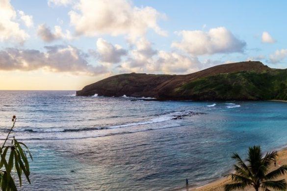 Blick von der Küste auf den Haunauma Beach auf Hawaii