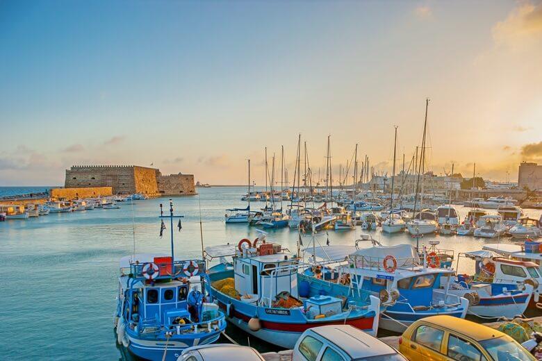 Hafen von der griechischen Stadt Heraklion mit historischer Stadtmauer