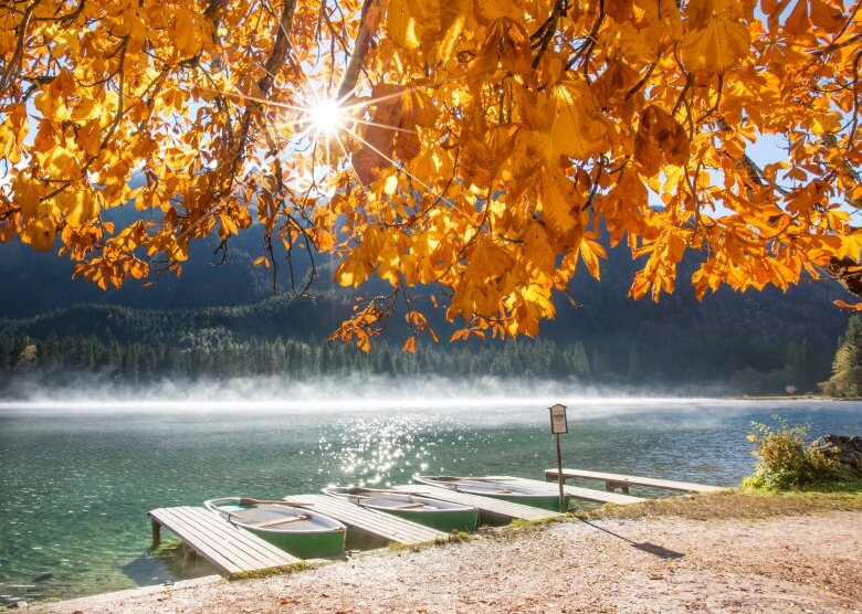 Herbstlicher Hintersee im Ramsau mit Bootssteg und Blick auf Berge