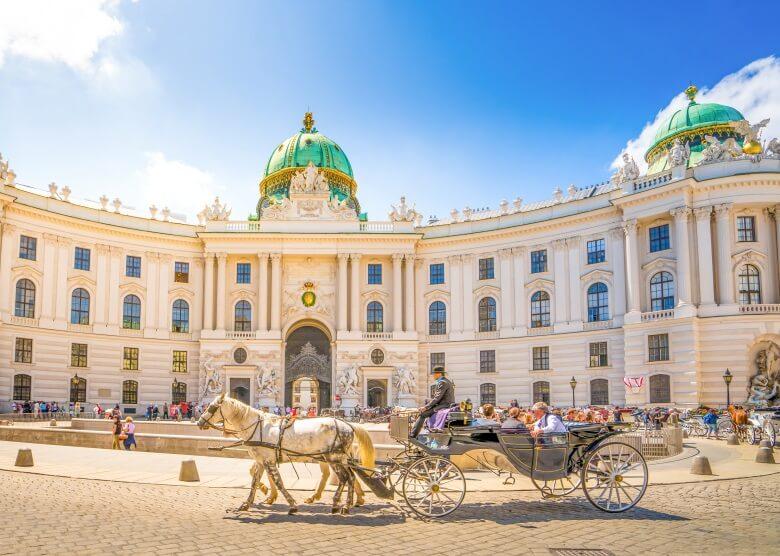 Pferdekutsche vor der Hofburg in Wien, Österreich