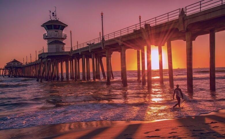 Sonnenuntergang am Pier am Huntington Beach in Kalifornien, USA