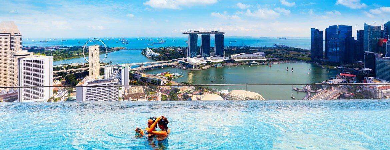Infinity-Pool in einem Hotel in Singapur mit Aussicht über die Marina Bay Bucht