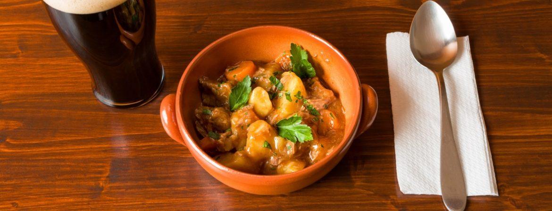 Traditionelles Irish Stew mit einem Pint Stout Beer