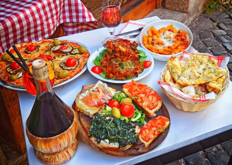 Pizza, Nudelgerichte und Salat in einem Restaurant in Rom