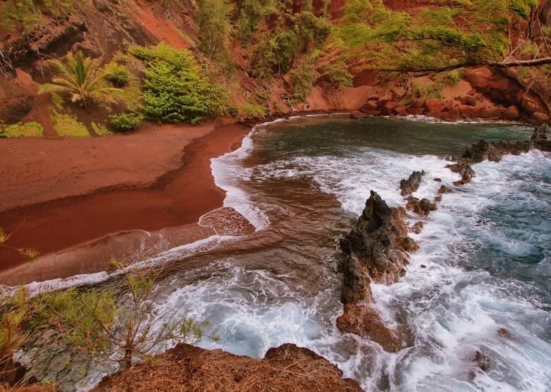 Blick auf den Kaihalulu Red Sand Beach auf Hawaii