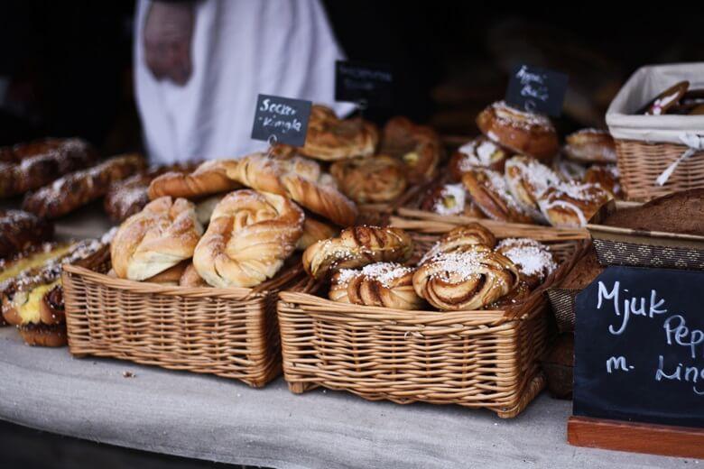 Gebäck Kanelbullar in schwedischer Bäckerei