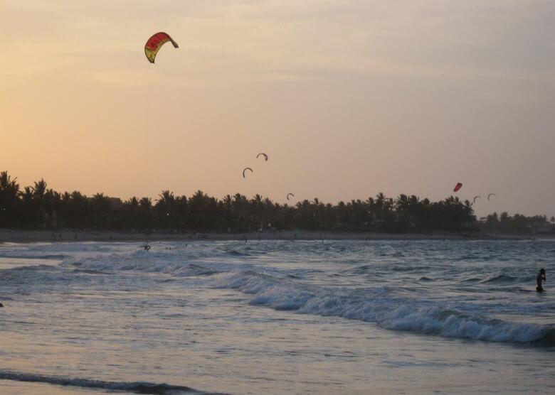 Kitesurfer am Strand Cabarete in der Dominikanischen Republik