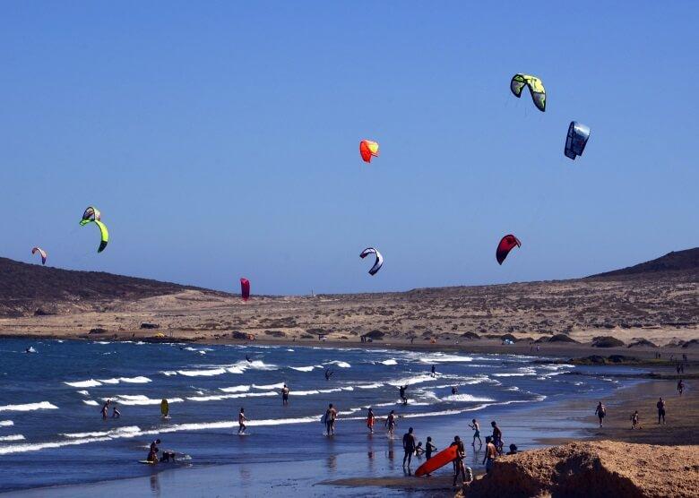 Kitesurfer am Strand El Medano auf Fuerteventura