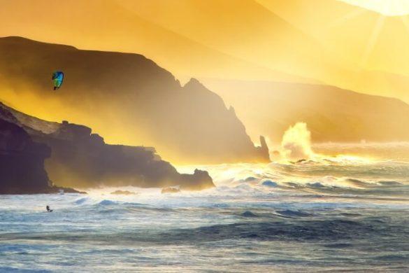 Kitesurfer vor Fuerteventura vor Bergkulisse