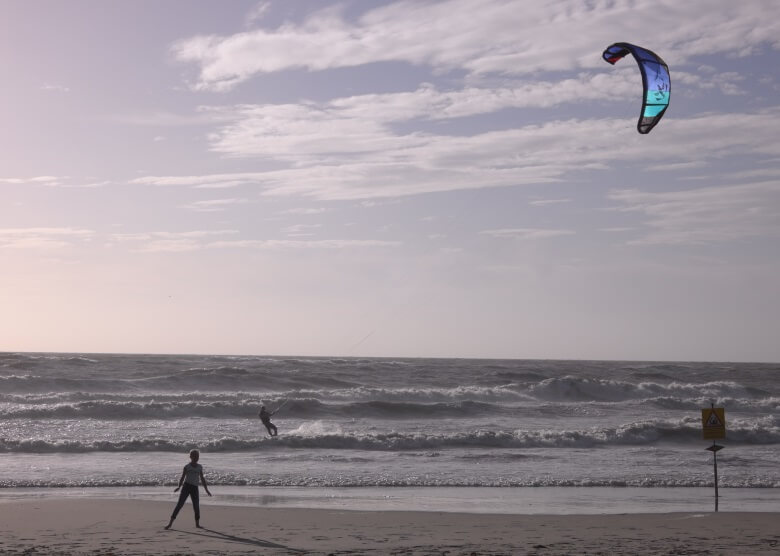 Kitesurfer in Holland an der Nordseeküste