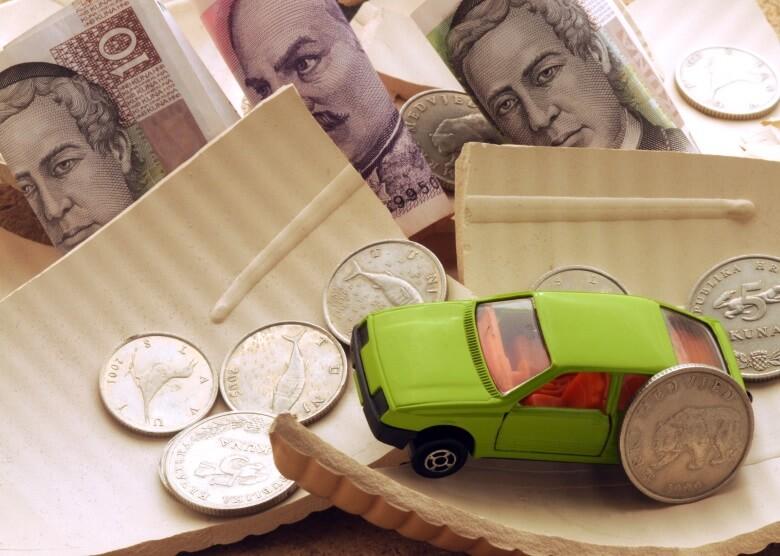 Kroatische Währung Kuna mit einem grünen Spielzeugauto