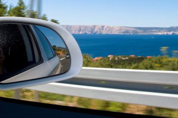 Küstenstraße in Kroatien mit Blick auf das Meer