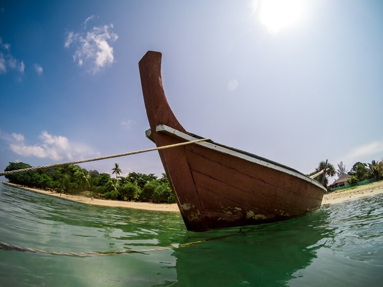 Fischerboot am Long Beach auf Ko Lanta in Thailand